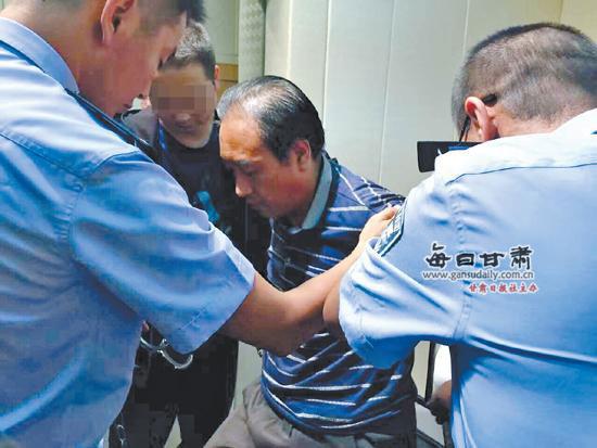 Gao Chengyong sendo escoltado pela polícia.