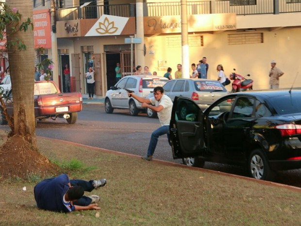 Imagem captada por fotógrafo mostra ação do atirador. No chão, está Vanílson, atingido por um tiro no pescoço.