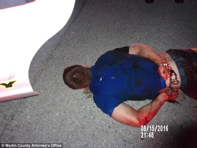 Austin Harrouff fotografado algemado na cena do crime.