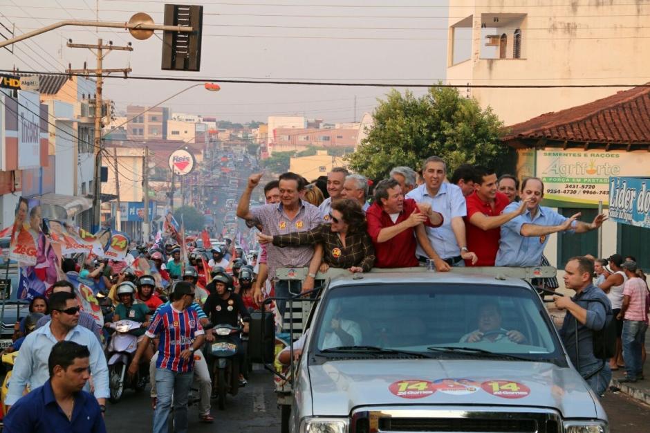 A carreata rumo à vitória parou Itumbiara. Na imagem, Zé Gomes pode ser visto no alto da camionete, de camisa vermelha. Ao seu lado o vice-governador de Goiás Zé Eliton. Na extrema esquerda Jovair Arantes, deputado federal e relator do processo de impeachment da ex-presidente Dilma Rousseff.