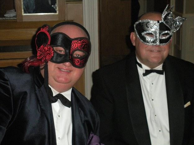 Gordon Semple, à direita, em foto com seu companheiro de longa data, Gary Meeks, em uma festa.