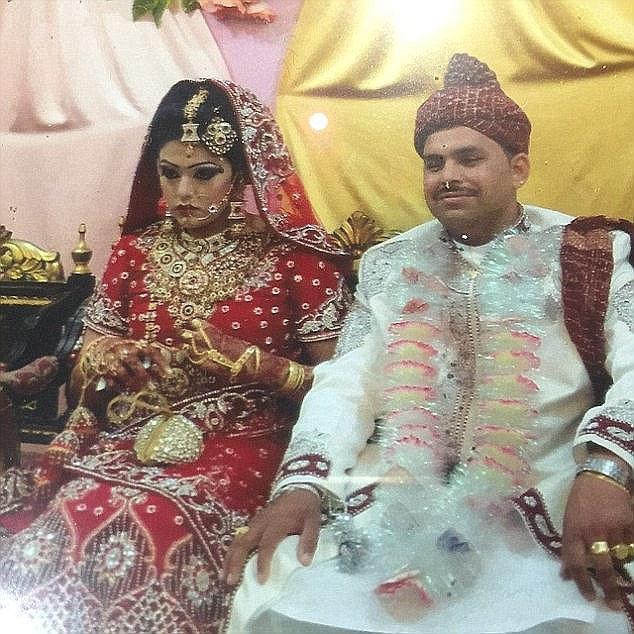 Samia Shahid e seu primeiro marido, Muhammad Shakeel, durante festa de casamento.