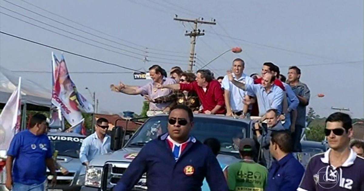 Imagem mostra vítimas momentos antes do atentado. Zé Gomes de camisa vermelha acena para os eleitores. Na frente, ao centro, de óculos escuro, o cabo da PM Vanílson João Pereira, que fazia a segurança e que também seria morto pelo atirador.
