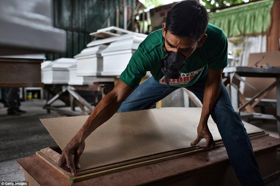 Traficantes de drogas que se entregam à polícia são colocados em programas de reabilitação e trabalham fabricando caixões que serão usados para colocar os traficantes mortos. Foto: Getty Images.