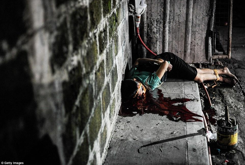 Adolescente e suposto traficante morto nas ruas de Manila. Suas mãos e pés foram amarrados e sua boca tapada com fita adesiva. Foto: Getty Images.