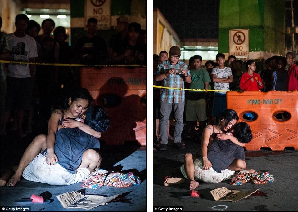 Mulher chora sobre o corpo do marido assassinado nas ruas de Manila. Segundo ela, a vítima nunca teve envolvimento com drogas e era um motorista de táxi. Foto: Getty Images.