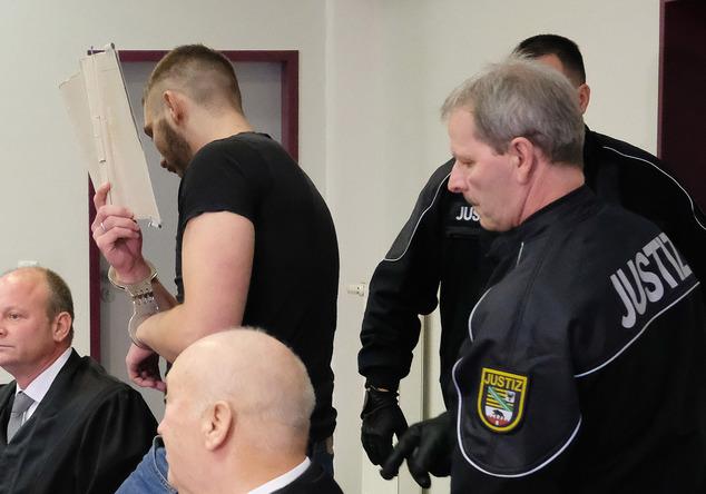 Sebastian F., acusado de matar a estudante chinesa é levado até a sala de julgamento em 25 de Novembro. Foto: Sebastian Willnow/dpa via AP.