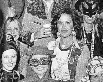 Sandra, ao centro de miçangas, durante festa de Halloween.