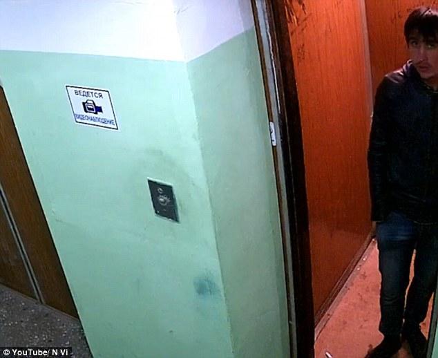 Ao vivo e a cores. Pela primeira vez pode-se ver com clareza o rosto do serial killer. Data do vídeo: 7 de outubro de 2016.
