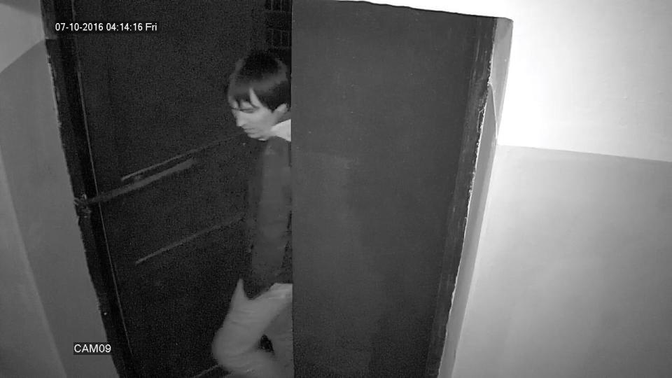 O suspeito entra tranquilamento por uma porta. Data do vídeo: 7 de outubro de 2016.
