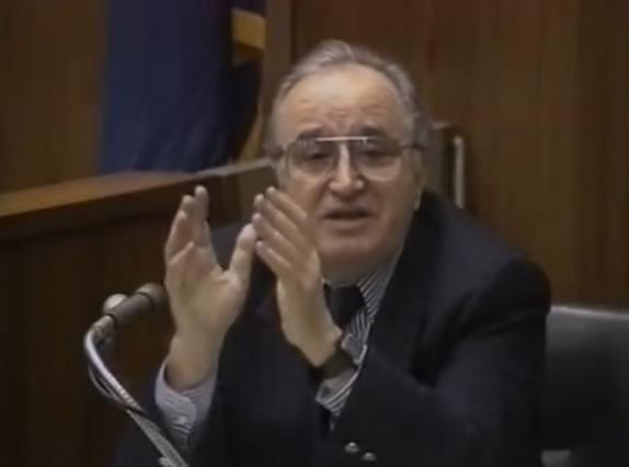 George Palermo durante testemunho no julgamento do serial killer Jeffrey Dahmer em 1992.