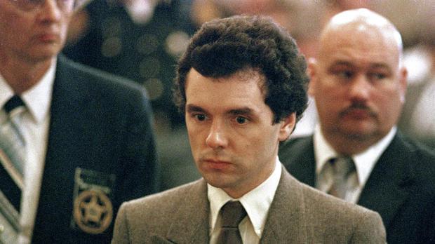 Donald Harvey em pé durante leitura de sua sentença em setembro de 1987. AP PHOTO/AL BERHMAN.