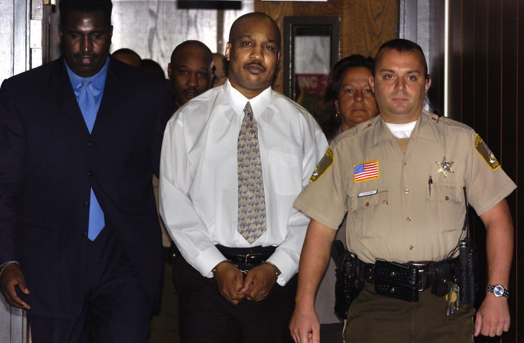 Derrick Todd Lee, ao centro, andando pelo tribunal que o condenou por dois assassinatos. Data: 2004. Foto: Ellis Lucia, NOLA.com | The Times-Picayune) (Ellis Lucia, The Times-Picayune archives)