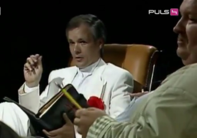 O queridinho da mídia Jack Unterweger (de branco) em programa na TV austríaca. Foto: Gesichter des Bösen.