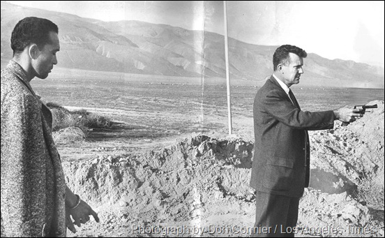 O detetive Pierce Brooks, à direita segurando uma arma, durante reconstituição de um assassinato cometido por Jimmy Lee Smith (à esquerda). Data: 11 de março de 1963. (foto Don Cormier / Los Angeles Times)