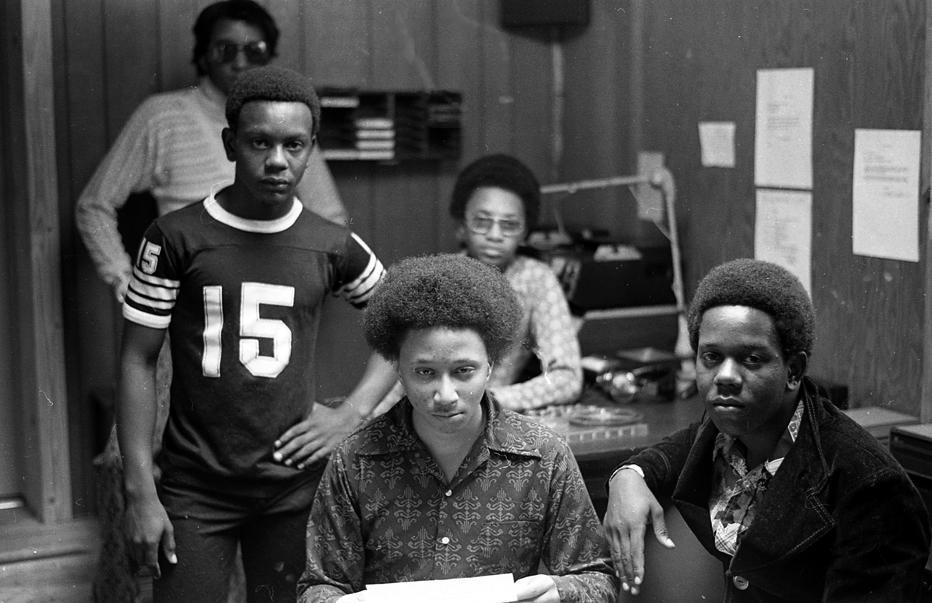 Wayne Williams (centro) aos 16 anos com amigos no porão da casa de seu pai em Dixie Hills, 1971. Seu pai, Homer, montou um estúdio para o filho no porão pois acreditava que ele tinha futuro na música. Oito anos depois, uma série de 28 assassinatos de crianças e jovens negros começou. (Boyd Lewis)