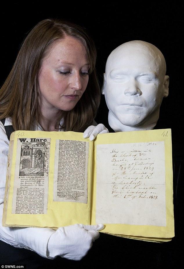 Em 2015, pela primeira vez em quase 200 anos, a nota escrita pelo Dr. Monro com o sangue da cabeça de William Hare foi mostrada em público. Foto: swns.com.