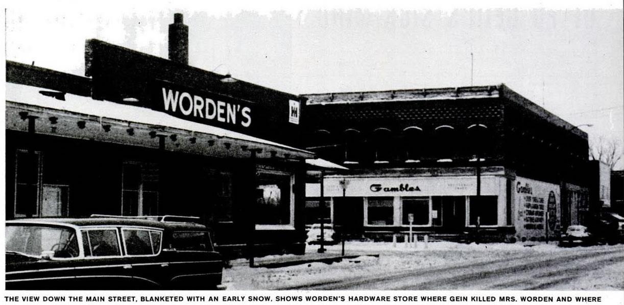 A vista da rua principal, preenchida com neve, mostra a loja ferragista de Worden onde Gein a matou e onde as pistas para sua prisão foram encontradas. Foto: Life - 2/12/1957.