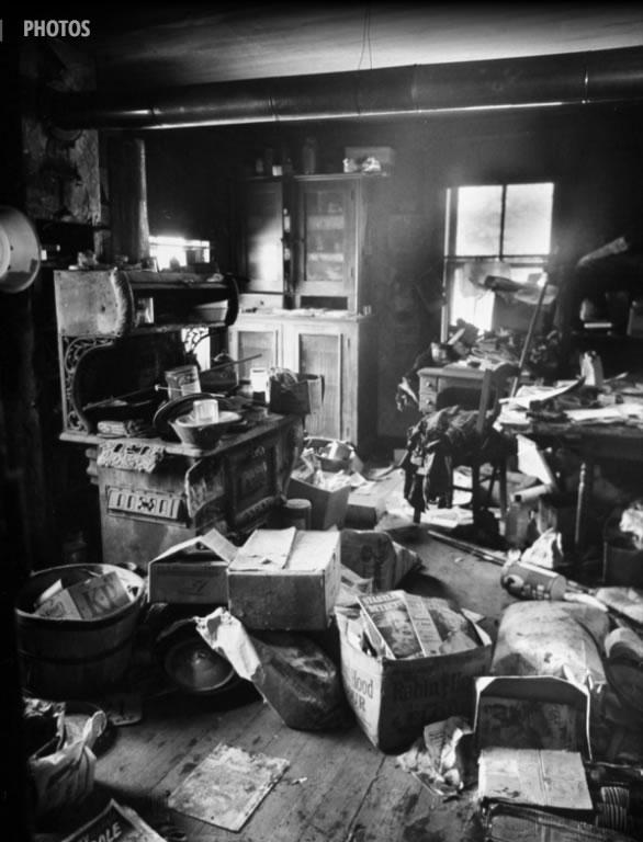 A cozinha de Gein é uma desordem suja de caixas, papel, partes de um corpo foram encontradas no fogão. Foto: Life - 2/12/1957.