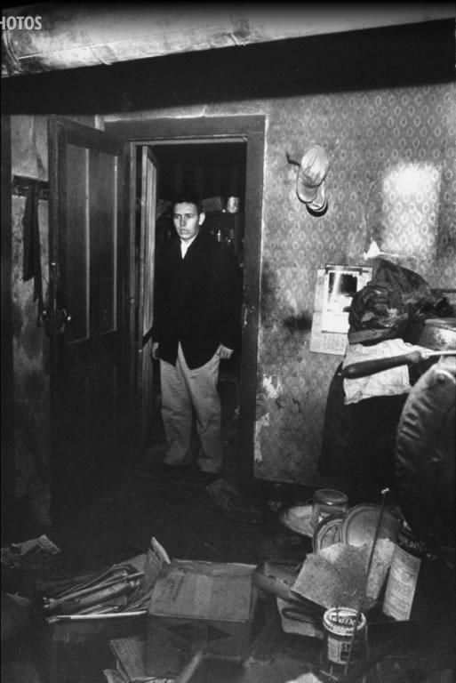 Bob Hill olha para o horror na casa que visitou no dia em que a Senhora Worden morreu. Foto: Life - 2/12/1957.