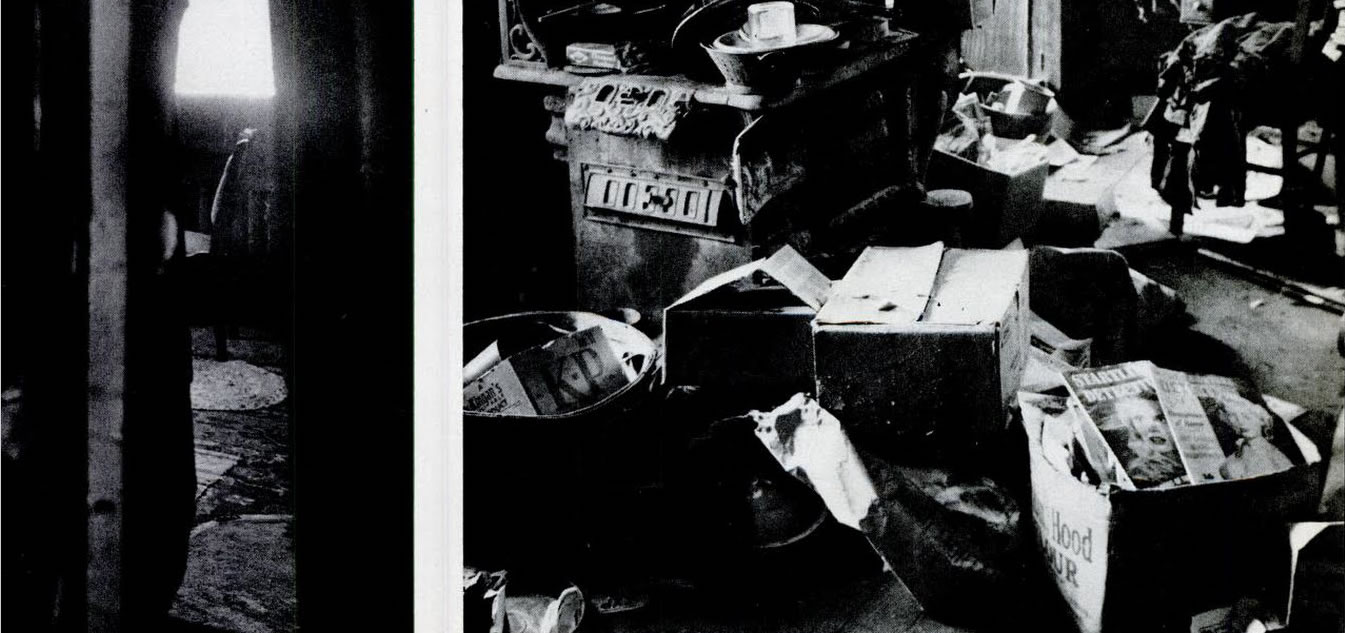 Imagem publicada na revista Life mostra um pedaço do quarto da mãe de Gein (à esquerda) e a bagunça em sua cozinha (à direita), preenchida com caixas cheias de revistas sobre mulheres. Imagem: Life - 2/12/1957.