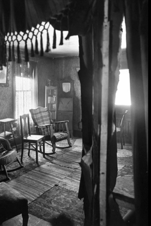 O quarto da mãe de Gein permaneceu limpo e arrumado. Foto: Life - 2/12/1957.