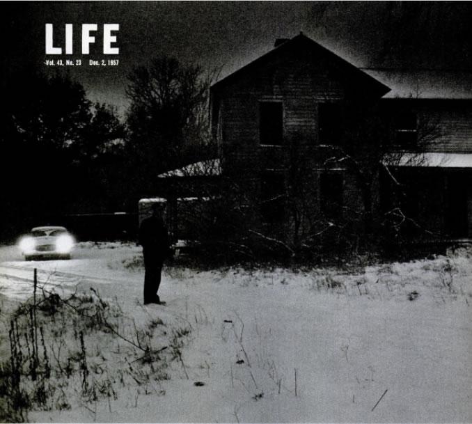 No amanhecer cinza do Wisconsin, um oficial da lei mantêm vigia para manter longe os curiosos da velha fazenda onde, até o dia anterior, um pacato homem chamado Ed Gein vivia. Foto: Life - 2/12/1957.