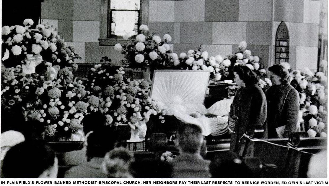 Na igreja metodista episcopal cheia de flores de Plainfield, os vizinhos prestam sua última homenagem Bernice Worden, a última vítima de Ed Gein. Foto: Life - 2/12/1957.