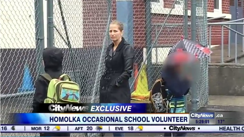 Karla Homolka, filmada pelo canal canadense City News esperando os filhos saírem da escola.