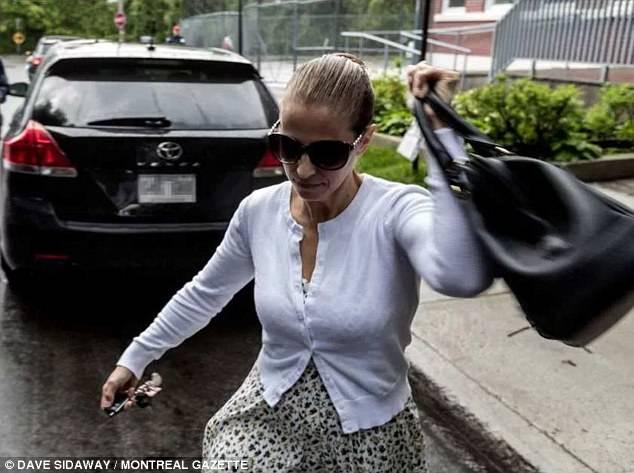 A serial killer Karla Homolka fotografada essa semana saindo da escola dos filhos. Foto: Dave Sidaway | Montreal Gazette.