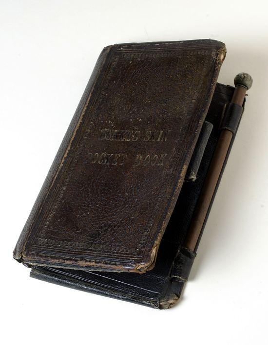 """O pequeno livro feito com a pele do serial killer William Burke. Está escrito: """"LIVRO DE BOLSO DA PELE DE BURKE"""". Foto: Huffpost."""