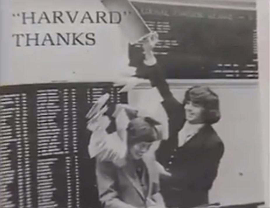Joe Hunt brinca com um colega durante os dias na Harvard Club. Foto: 60 Minutes - The Billionaire Boys Club.