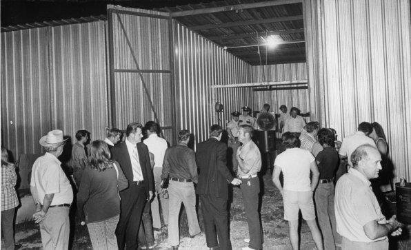 Um dia após Wayne Henley descarregar um revólver em Dean Corll, a polícia escava uma garagem de barcos alugada pelo Homem do Doce a procura de corpos. Data: 9 de Agosto de 1973. Foto: Greg Smith/Houston Post.