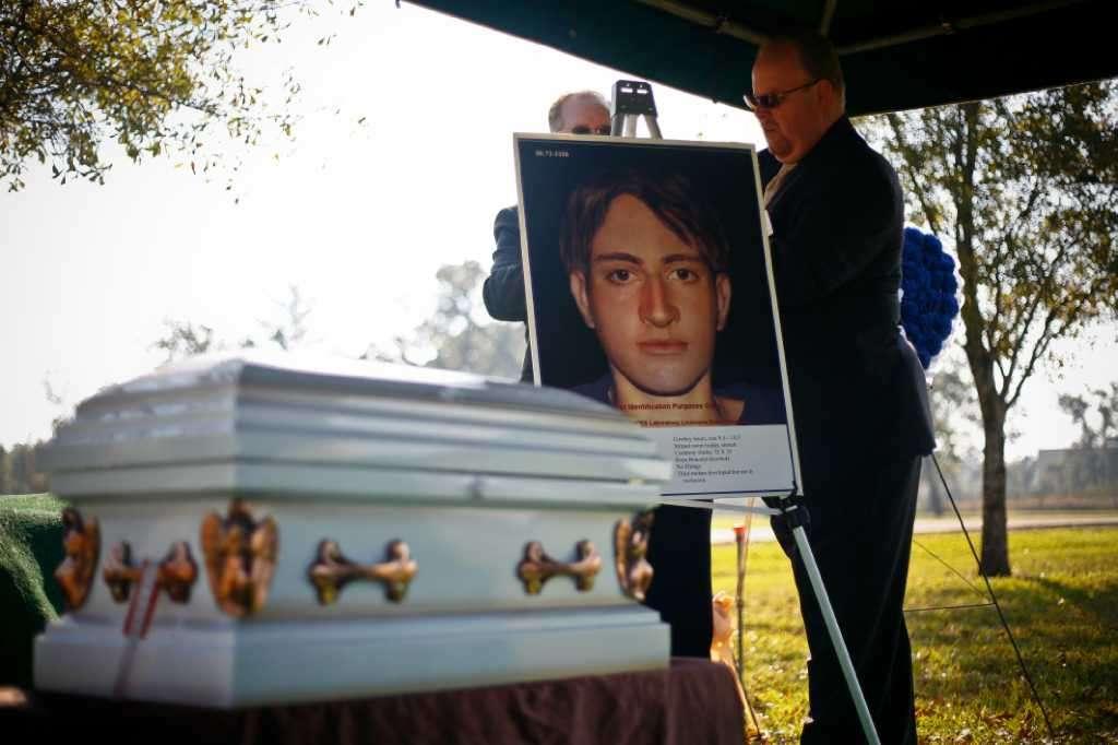 """O """"Menino da Roupa de Natação"""" foi enterrado em 12 de Novembro de 2009 em um cemitério de Houston. Ele é a única vítima ainda não identificada (dos 27 desenterrados). Especialistas fizeram um retrato-falado do adolescente e a imagem foi colocada ao lado do pequeno caixão com o que sobrou do seu corpo. Foto: Michael Paulsen, Houston Chronicle."""