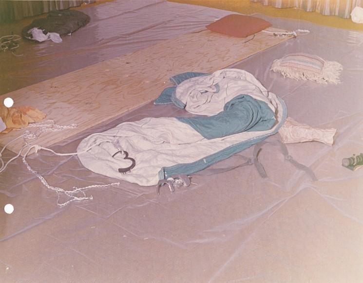 A estranha mesa de madeira, com cordas e algemas. Seria uma mesa de tortura? Foto: Departamento de Polícia de Pasadena.