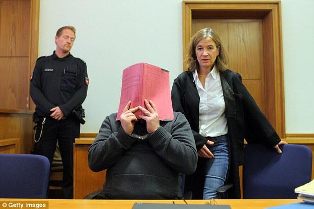 Enfermeiro serial killer. Niels Hoegel esconde o rosto em um tribunal alemão em 2015 quando recebeu a prisão perpétua. Foto: Getty Images.