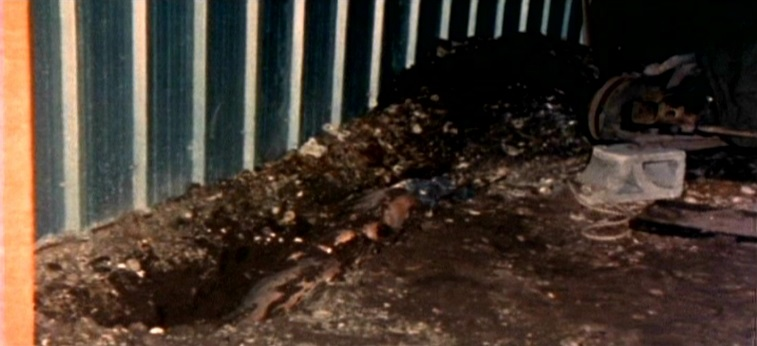 A terra cavada revela um cadáver envolto em saco plástico. Foto: tapatalk.