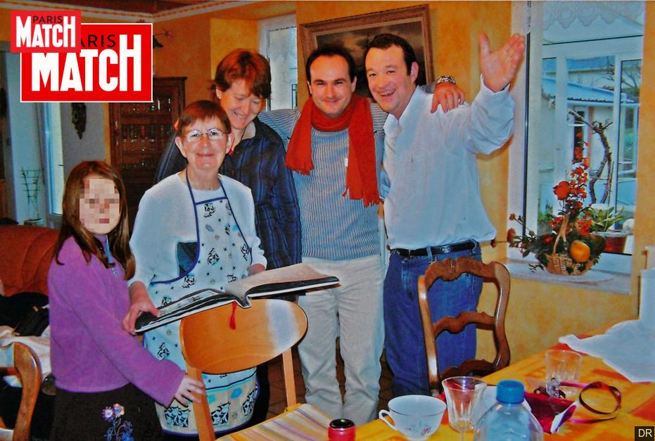 A família Troadec em encontro no ano de 2008. À esquerda, a matriarca Renée Troadec, à direita de Renée sua sobrinha Charlotte. À direita sua nora Brigitte, seu genro Hubert (de lenço vermelho no pescoço) e seu filho Pascal. Sete anos depois, Hubert mataria todos os três e mais Sebastien. Foto: Paris Match / DR.