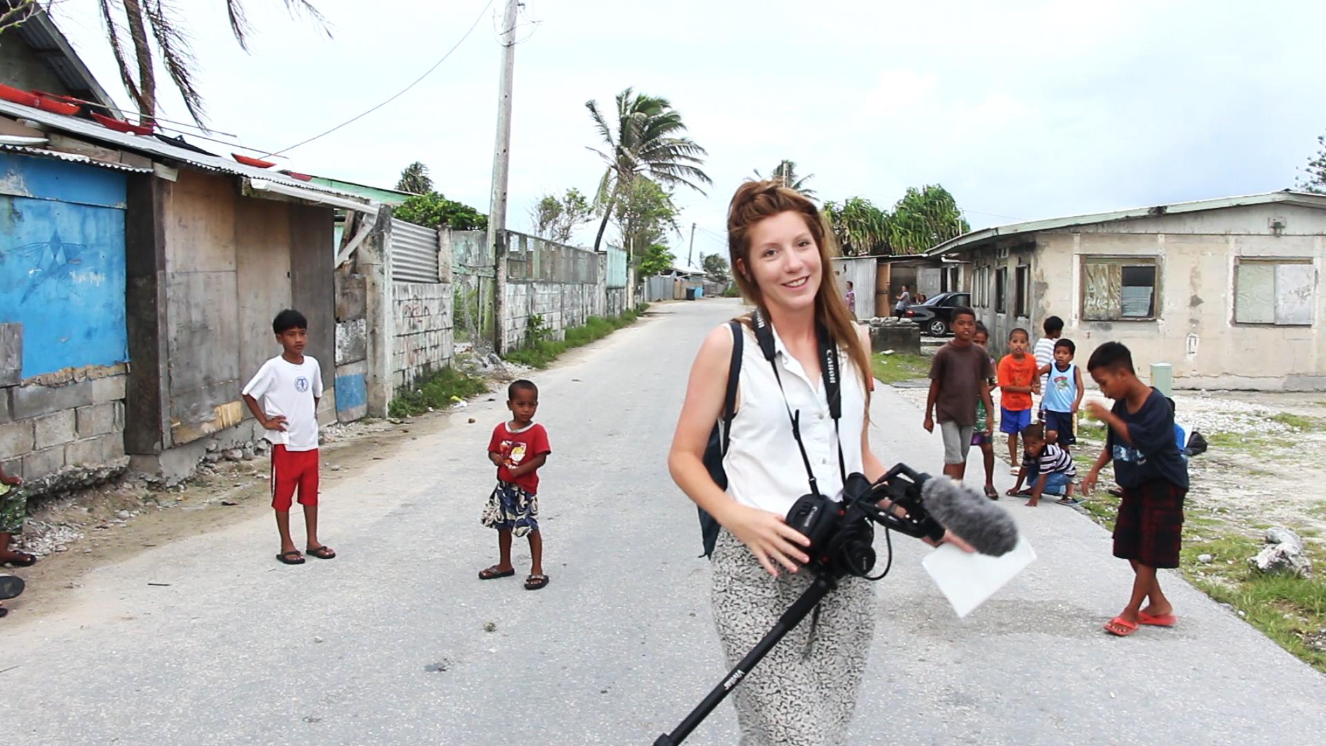A jornalista Kiim Wall em trabalho nas Ilhas Marshall. A reportagem que ela escreveu enquanto esteve na ilha venceu o Prêmio Hansel Mieth de melhor reportagem digital. Foto: Hendrik Henzel/Coleen Jose.