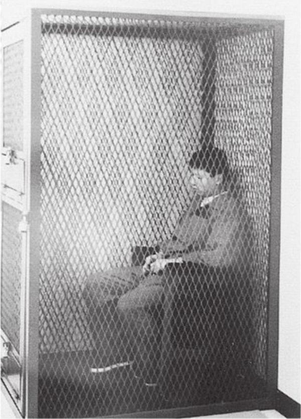 O sádico asiático em um local mais do que apropriado para ele: uma jaula. Foto: Charles Ng é fotografado deixando o Canadá entrando em um avião que o levaria direto para a Califórnia. Foto: Die for Me: The Terrifying True Story of the Charles Ng & Leonard Lake Torture Murders.