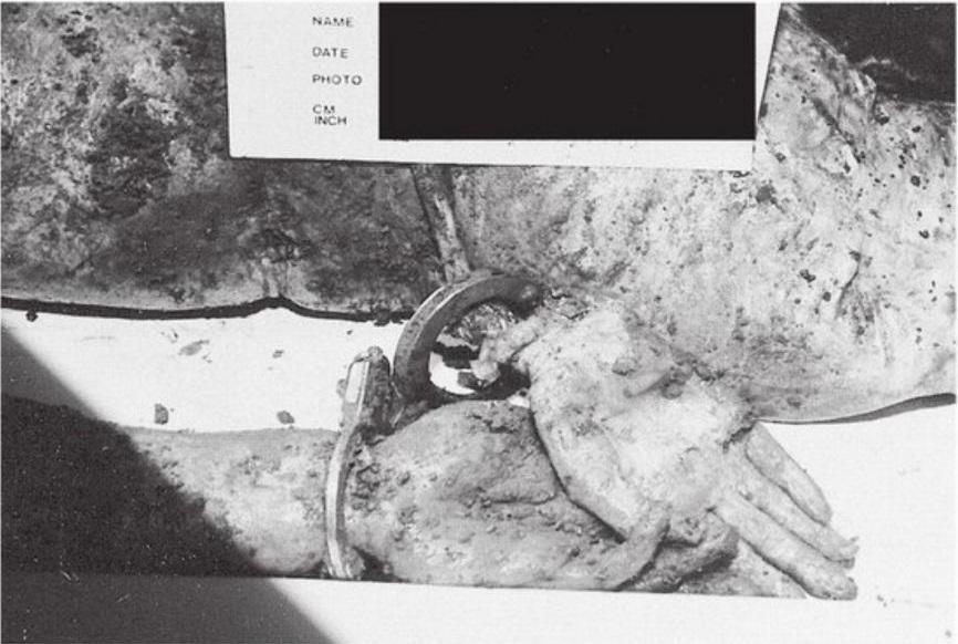 Imagem exibida no tribunal mostra um cadáver que foi enterrado com algemas. Foto: Die for Me: The Terrifying True Story of the Charles Ng & Leonard Lake Torture Murders.
