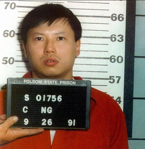 Charles Ng é fichado pela polícia dos Estados Unidos após, finalmente, ser extraditado.