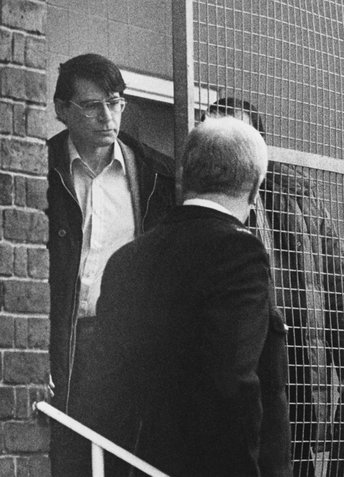 O serial killer Dennis Nilsen é fotografado ao ser escoltado pela polícia.