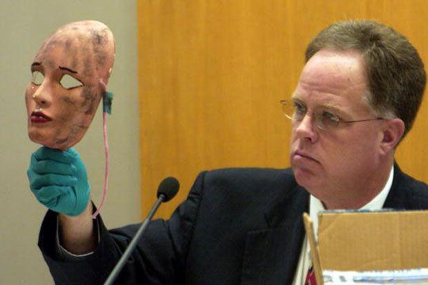 Durante o julgamento em 2005, detetive mostra ao júri uma das máscaras usadas pelo serial killer Dennis Rader.