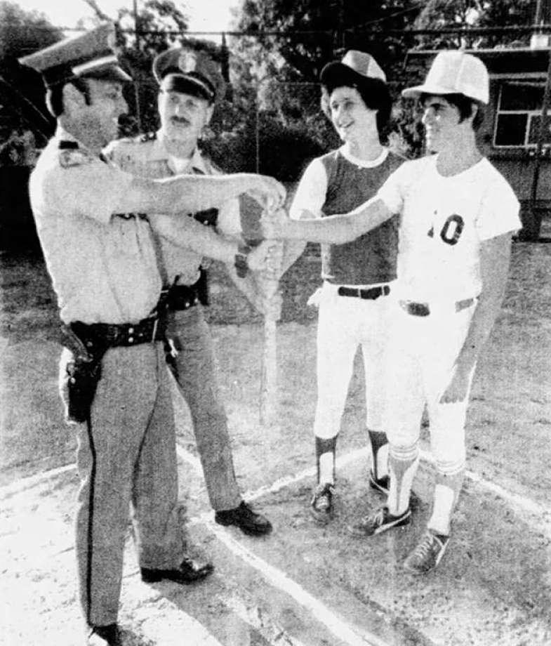 1979 - o Auburn Jornal publica uma foto de dois adolescentes e dois policiais para promover um jogo beneficiente de beisebol. O policial de bigode, o segundo da esquerda para a direita, é GSK. Foto: Auburn Journal.