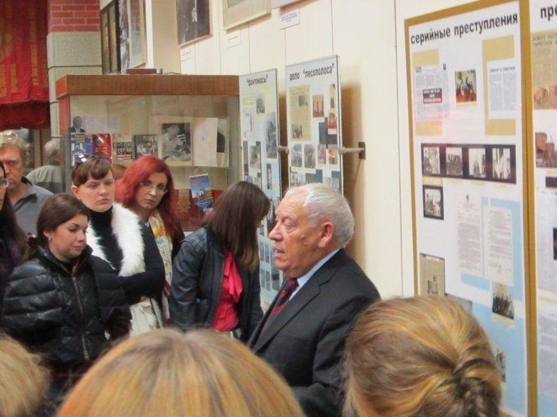 """Lenda viva! Viktor Burakov, o detetive que por mais de uma década perseguiu o """"Estripador da Floresta"""" no museu em frente ao material do caso Chikatilo. Foto: Surviving in the city."""
