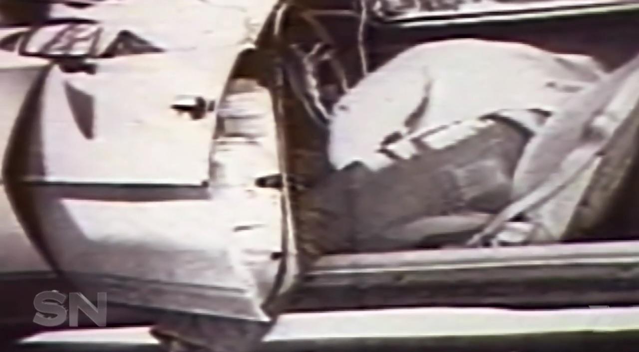 O corpo sem vida de Christopher Wilder dentro do seu carro esportivo. Foto: Sunday Night.