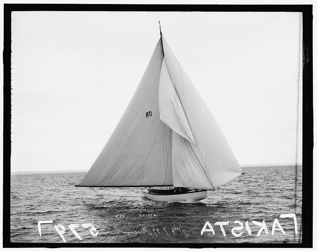 Em 7 de julho de 1897 o veleiro Akista foi fotografado (provavelmente) na costa de Connecticut, no Riverside Yacht Club. Vinte e três anos depois ele seria roubado por Carl Panzram. Foto: Library of Congress.