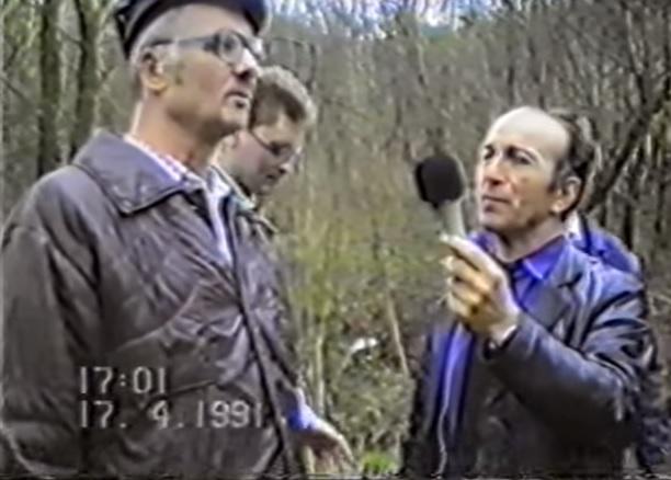 O serial killer Andrei Chikatilo (à esquerda) durante reconstituição de um de seus crimes. Preso em novembro de 1990, o avô grandalhão não confessou nenhum crime, e foi aí que mais uma vez Burakov entrou em cena.