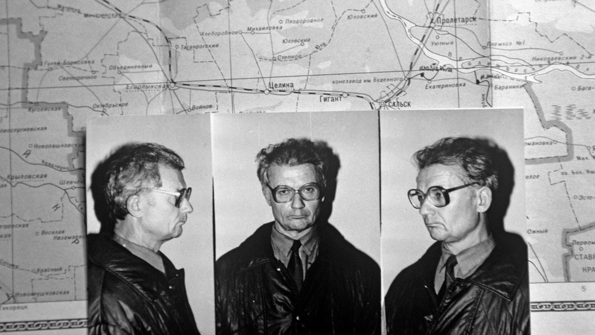 O serial killer Andrei Chikatilo em fotos tiradas no dia em que foi preso. Ao fundo um mapa utilizado pela polícia para traçar os locais dos crimes. Foto: RIA Novosti / Vladimir Vyatkin.